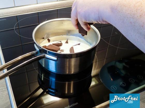 Alternativ kannst du auch Schokoladenstücke in die heiße Sahne geben.