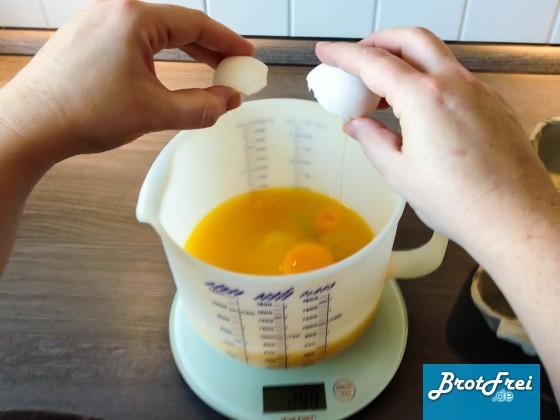 Eier im Messbecher beid er Teigzubereitung