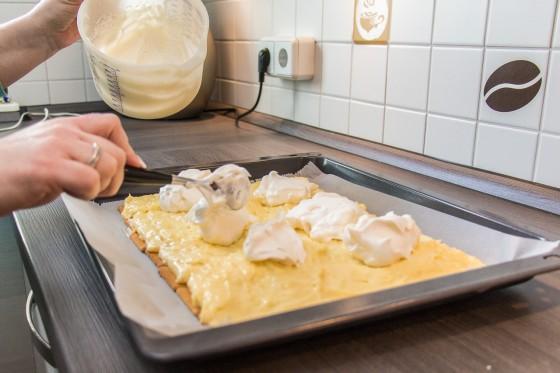 Tortencreme als 2te Schicht auftragen