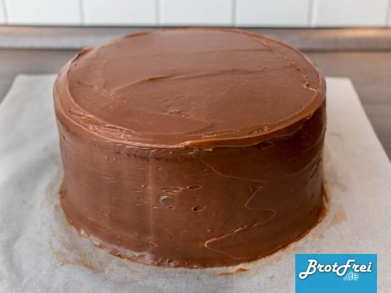 Die für den Fondantüberzug vorbereitete Torte