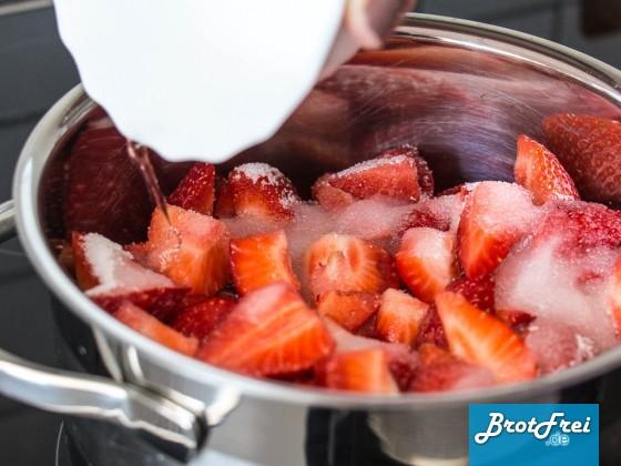 Erdbeeren und Zutaten in einen Topf geben