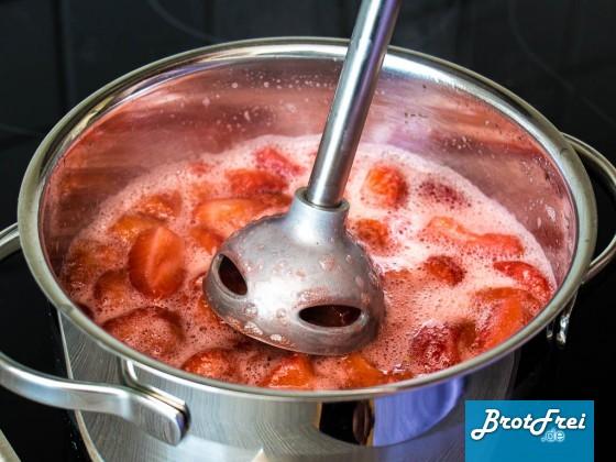 Die Erdbeeren mit einem Pürierstab zeikleinern