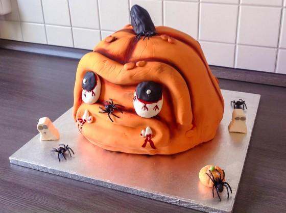 Die fertige Halloween Kürbis Torte