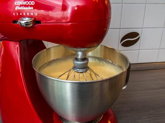 Den Teig mit der Küchenmaschine verühren