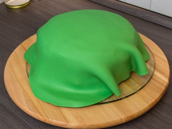 Grüne Fondant-Decke über der Torte