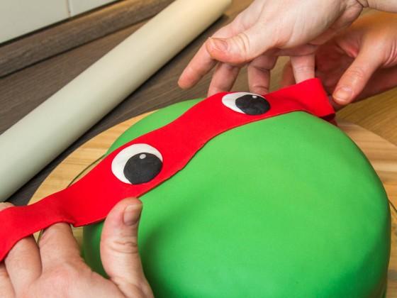 Die fertige Augenbinde auf die Torte aufbringen