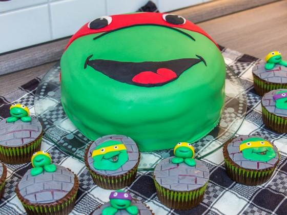 Die fertige Turtel-Torte mit den Turtel-Muffins