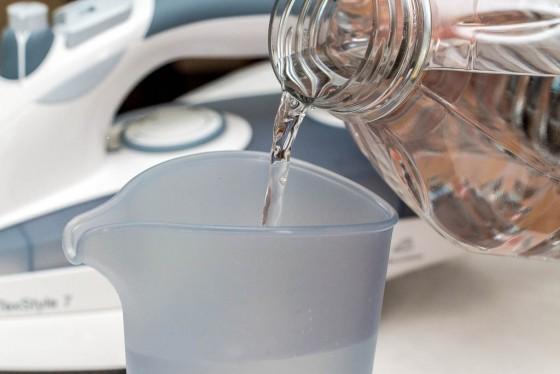 Messbecher mit destilliertem Wasser befüllen