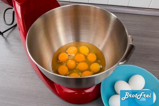 15 Eier in die Rührschüssel aufschlagen
