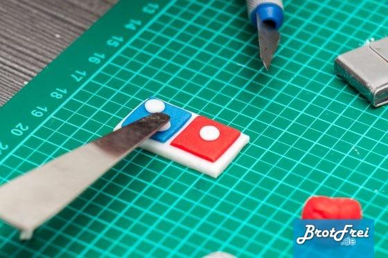 Domino'S Logo aus Fondant zusammensetzen